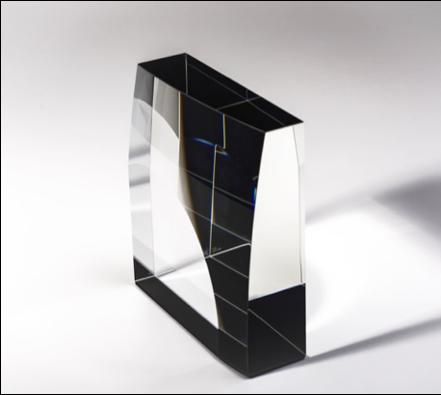 Cím / Title: Négyzetes hasáb gömbfelülettel / Square column with spherical surface Évszám / Date: 2020 Technika / Medium: hidegenmegmunkált optikai üveg/ cold worked optical glass, Méret / Size: 25x25x7 cm